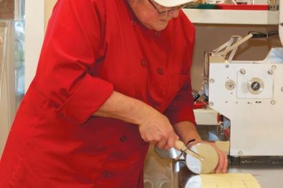 Kadlik using a pizza cutter